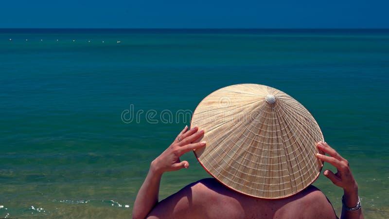 Mulher no chapéu de palha, Vietname fotografia de stock