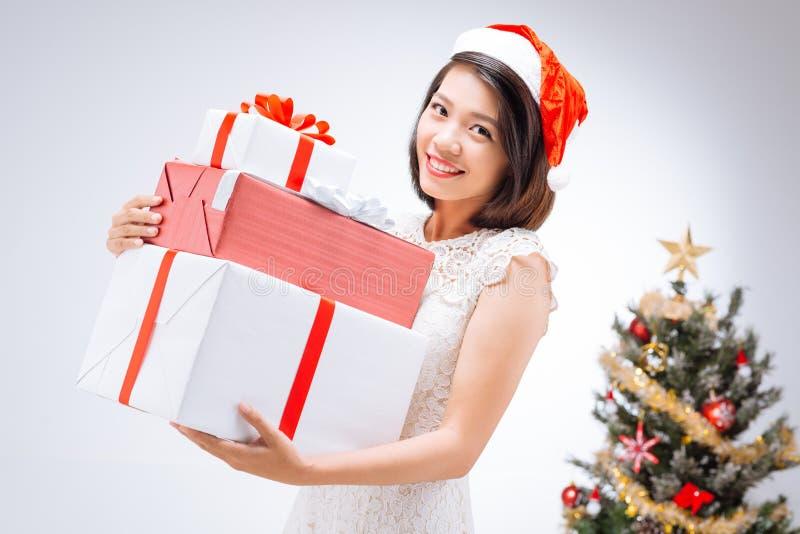 Mulher no chapéu de Papai Noel imagens de stock royalty free
