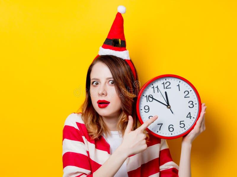 Mulher no chapéu de Santa Claus com pulso de disparo imagem de stock