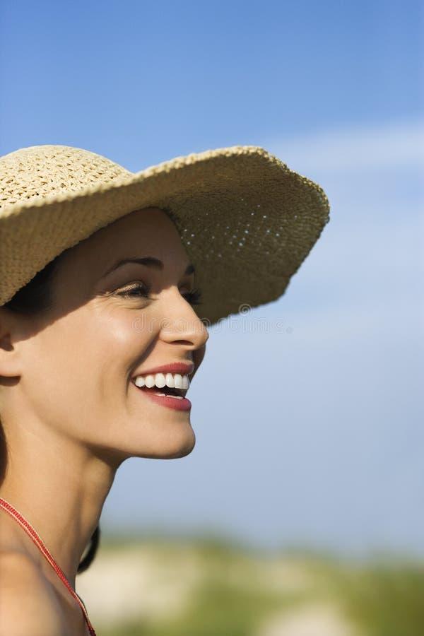 Mulher no chapéu do biquini e de palha. imagens de stock