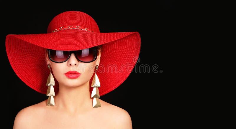 Mulher no chapéu e em óculos de sol vermelhos foto de stock royalty free