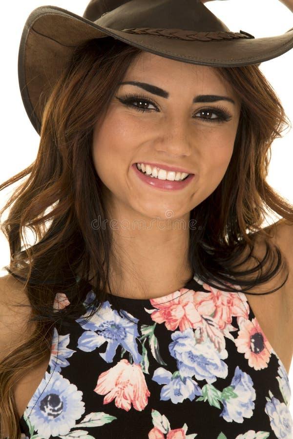 Mulher no chapéu ocidental da camisa floral no sorriso fotos de stock