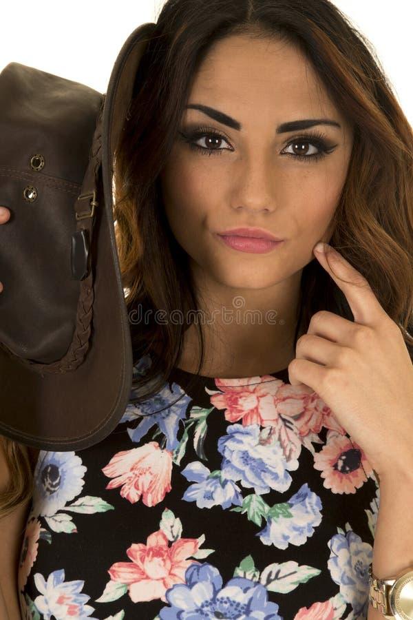 Mulher no chapéu ocidental da camisa floral pelo fim da cara imagens de stock royalty free