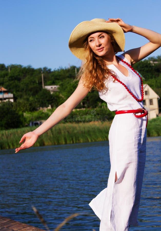 Mulher no chapéu que aprecia o vento fotos de stock royalty free