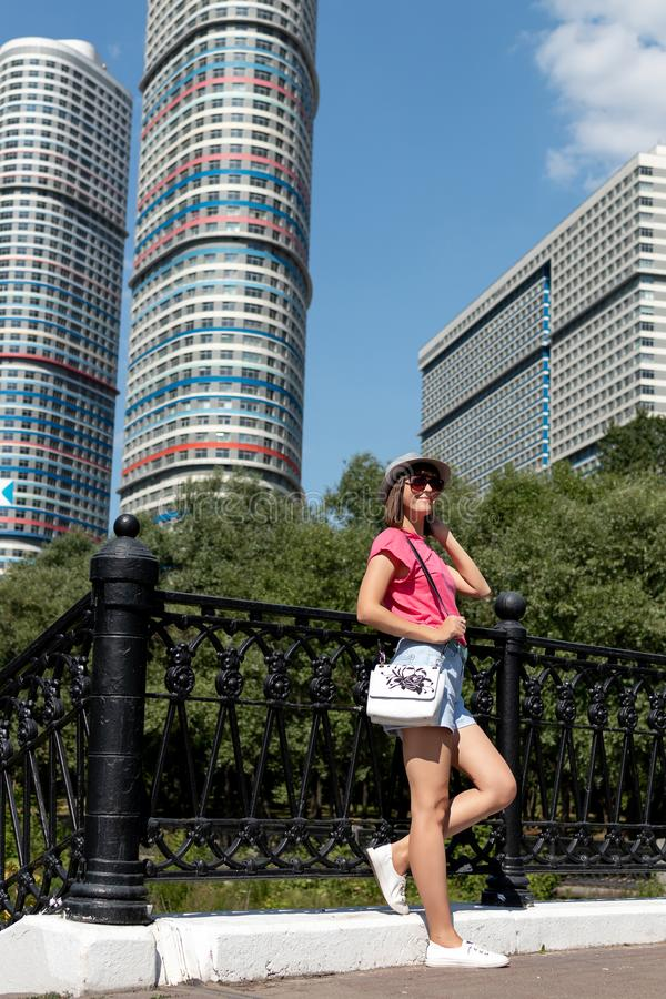 Mulher no chapéu que levanta na ponte no parque da cidade fotos de stock royalty free