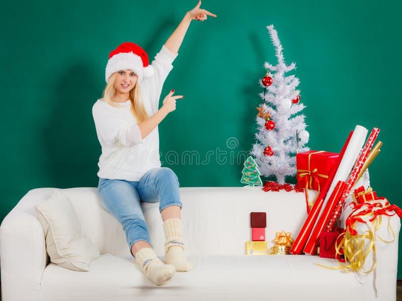 Mulher no chap?u de Santa que decora a ?rvore de Natal imagem de stock royalty free