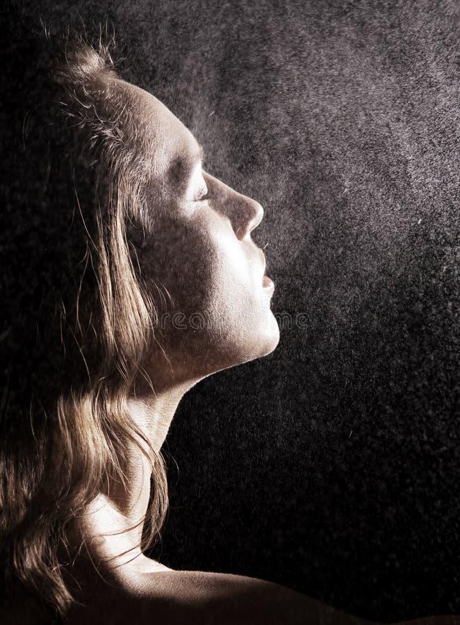 Mulher no chuveiro fotografia de stock