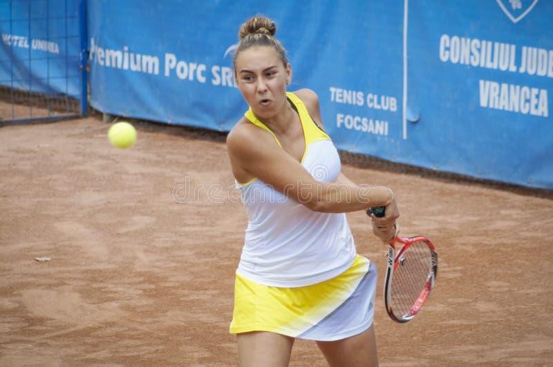 Mulher no competiam de tênis internacional foto de stock