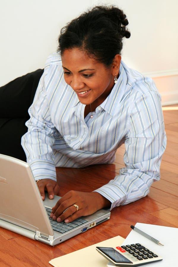 Mulher no computador imagens de stock royalty free