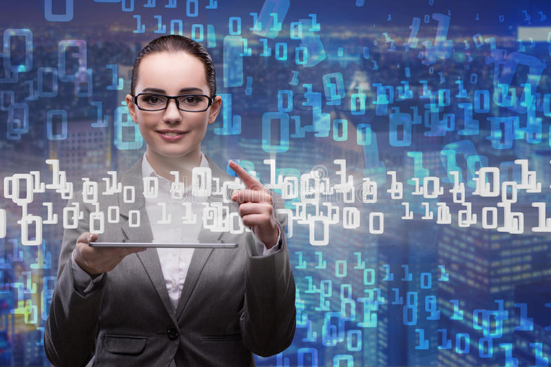 A mulher no conceito da gestão de dados com tabuleta fotografia de stock