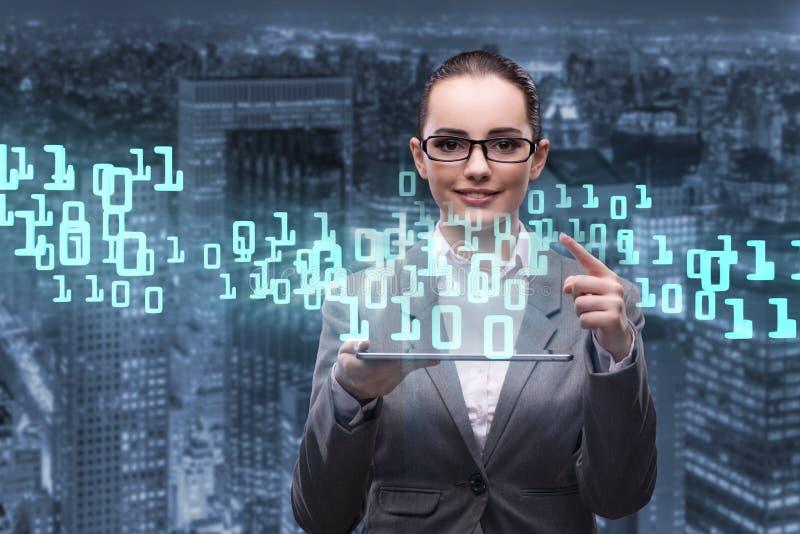 A mulher no conceito da gestão de dados com tabuleta fotografia de stock royalty free