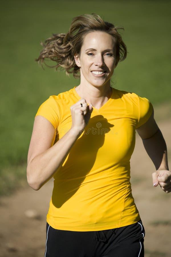 Mulher no corredor amarelo imagens de stock royalty free