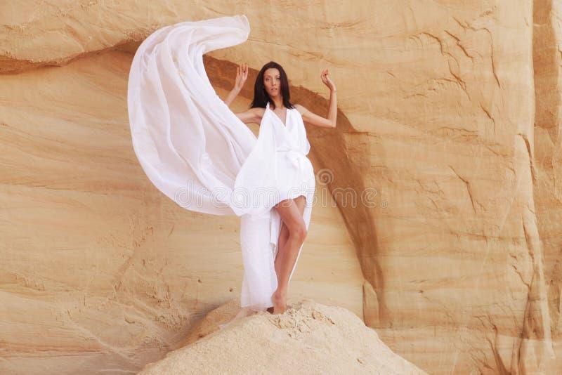 Mulher no deserto fotografia de stock