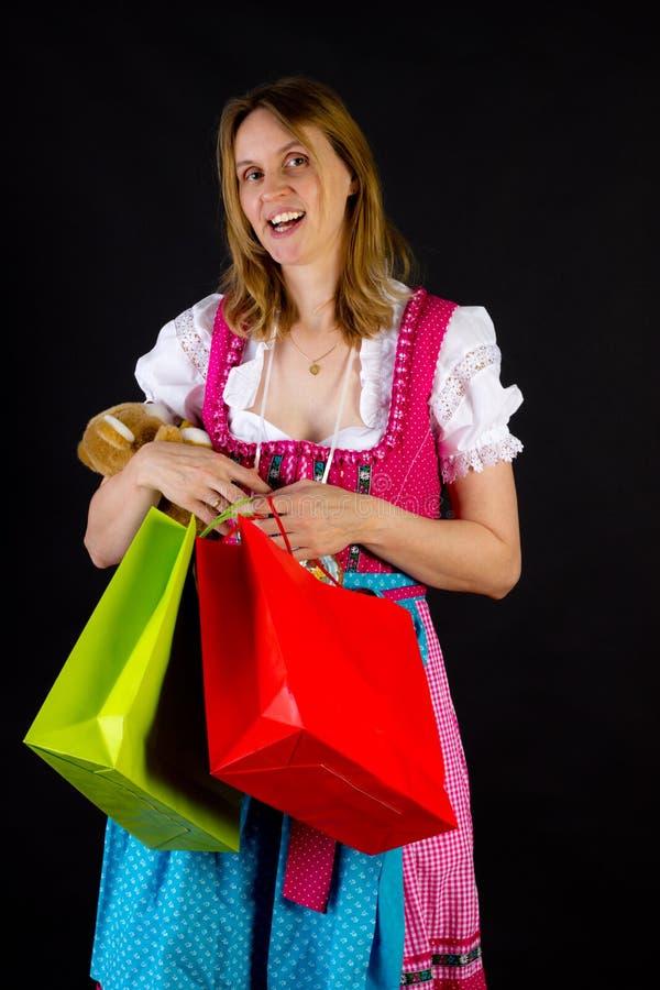 Mulher no dirndl na excursão da compra imagens de stock