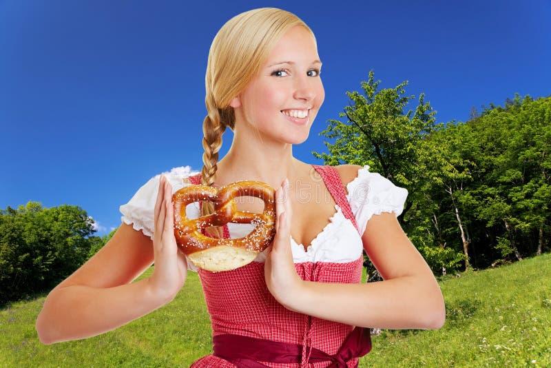 Mulher No Dirndl No Bavarian Fotografia de Stock Royalty Free
