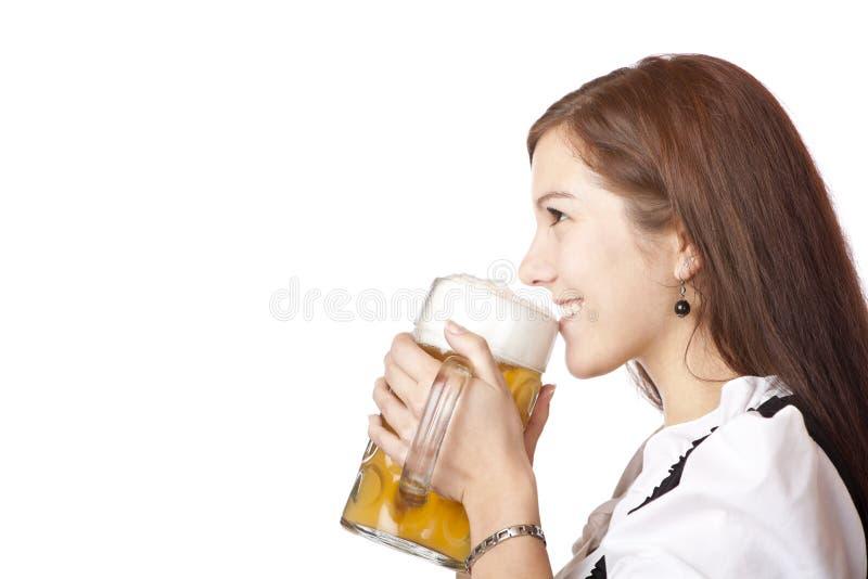 A mulher no dirndl prende o stein da cerveja de Oktoberfest fotografia de stock