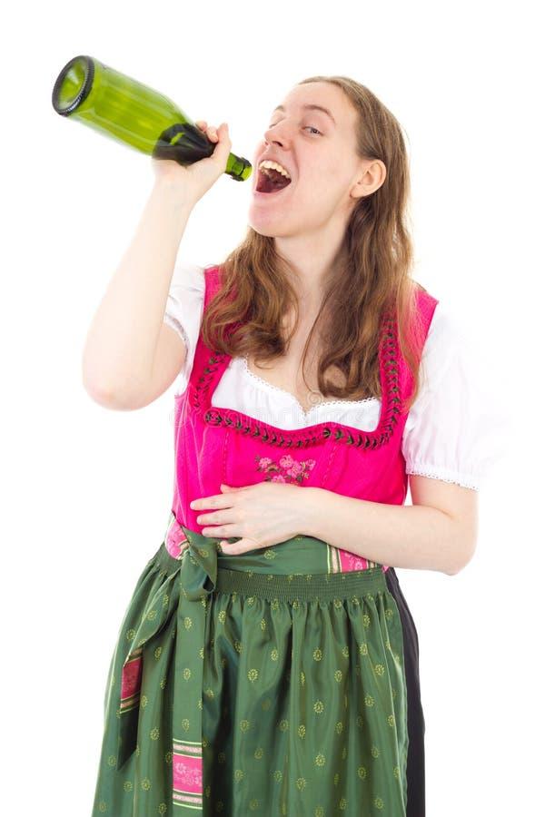 Mulher no dirndl que bebe algumas garrafas do vinho imagens de stock royalty free