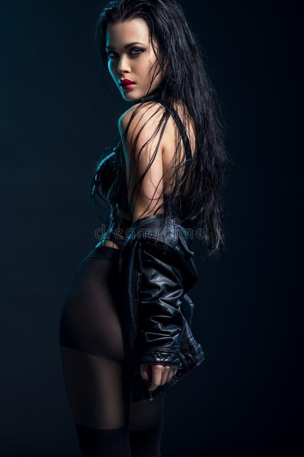 Mulher no equipamento preto no estúdio fotos de stock royalty free