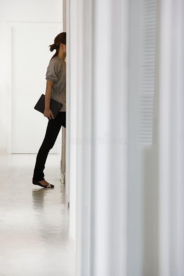 Mulher no escritório imagem de stock royalty free