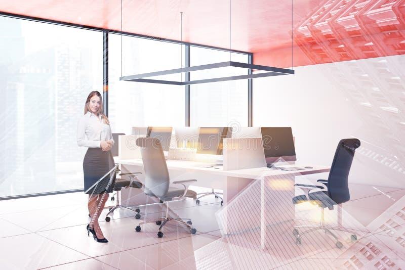 Mulher no escritório alaranjado do espaço aberto do teto fotografia de stock