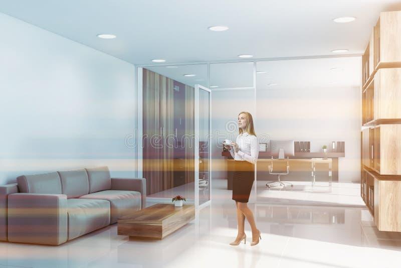 Mulher no escritório do CEO com sala de estar fotografia de stock