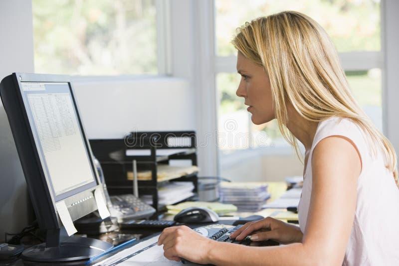 Mulher no escritório home com computador