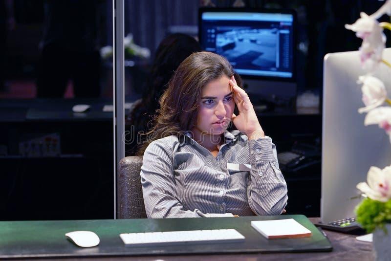 Mulher no esforço na frente do computador fotografia de stock royalty free