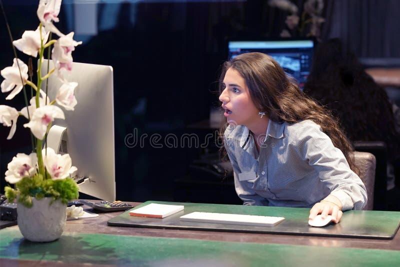 Mulher no esforço na frente do computador fotografia de stock