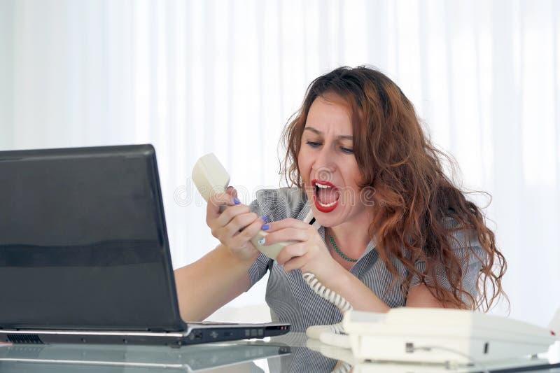 Mulher no esfor?o na frente do computador fotografia de stock royalty free