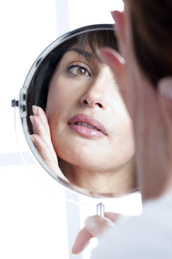 Mulher no espelho imagem de stock