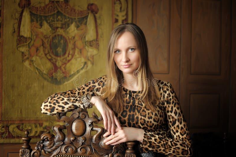Mulher no estilo retro no vestido do leopardo foto de stock