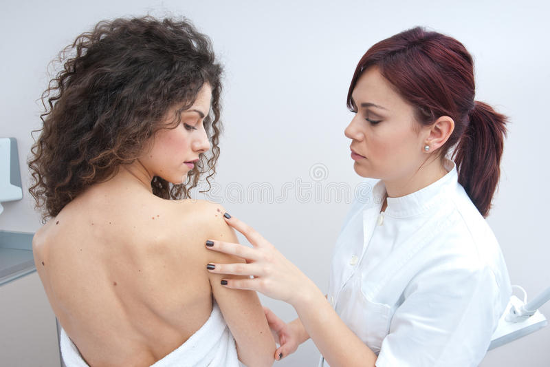 Mulher no exame da dermatologia imagens de stock royalty free