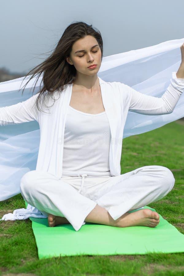 Mulher no exercício fazendo branco da ioga fotografia de stock royalty free