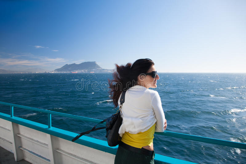 Mulher no ferryboat de Gibraltar fotos de stock