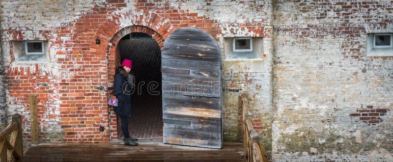 Mulher no forte da guerra civil que está na entrada foto de stock