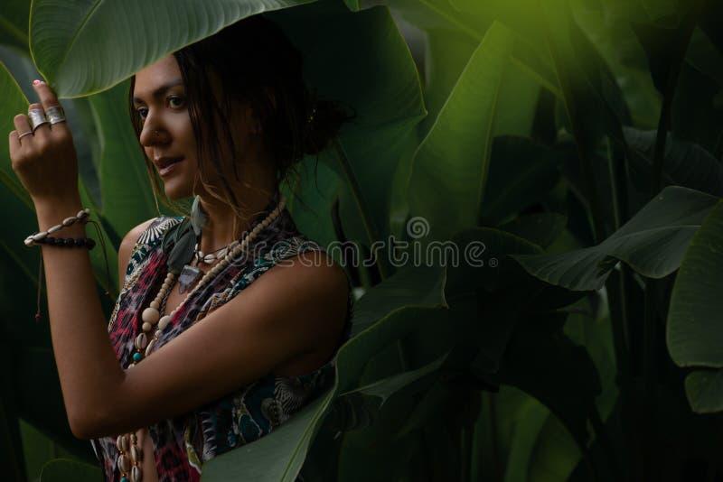 Mulher no fundo tropical natural fotografia de stock royalty free