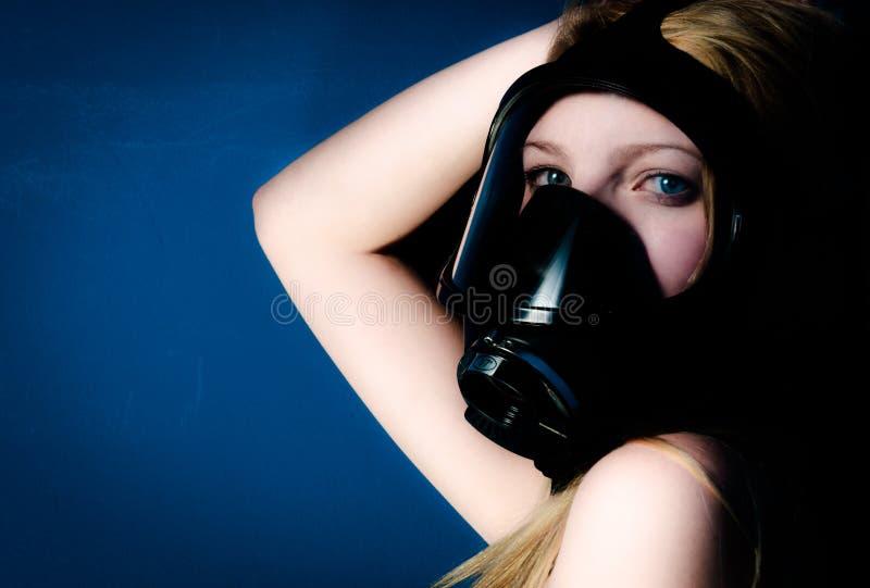 Mulher no gasmask fotografia de stock