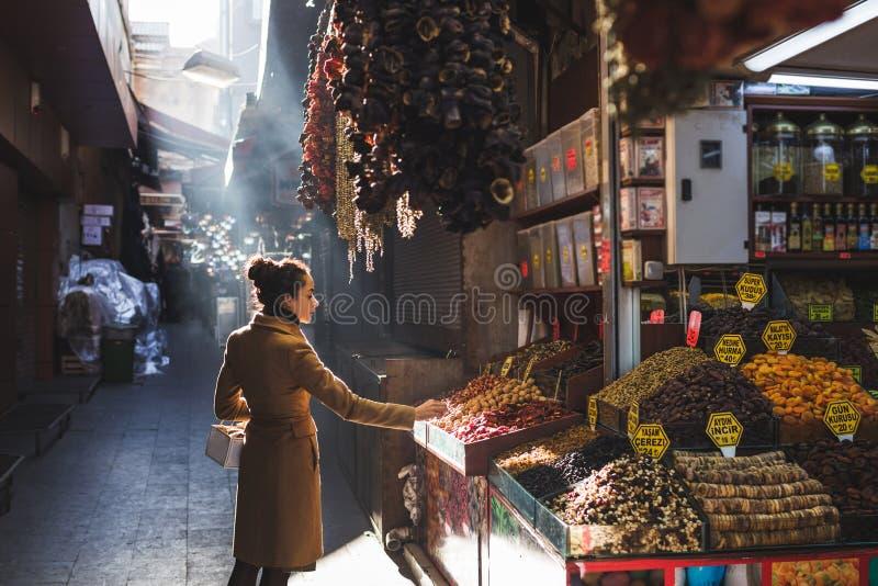 Mulher no Grand Bazaar bazar, Istambul, Turquia imagem de stock