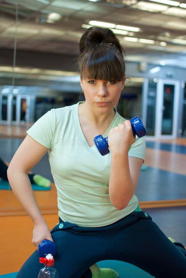Mulher no gym imagens de stock royalty free