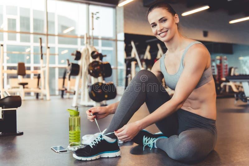 Mulher no gym imagem de stock royalty free