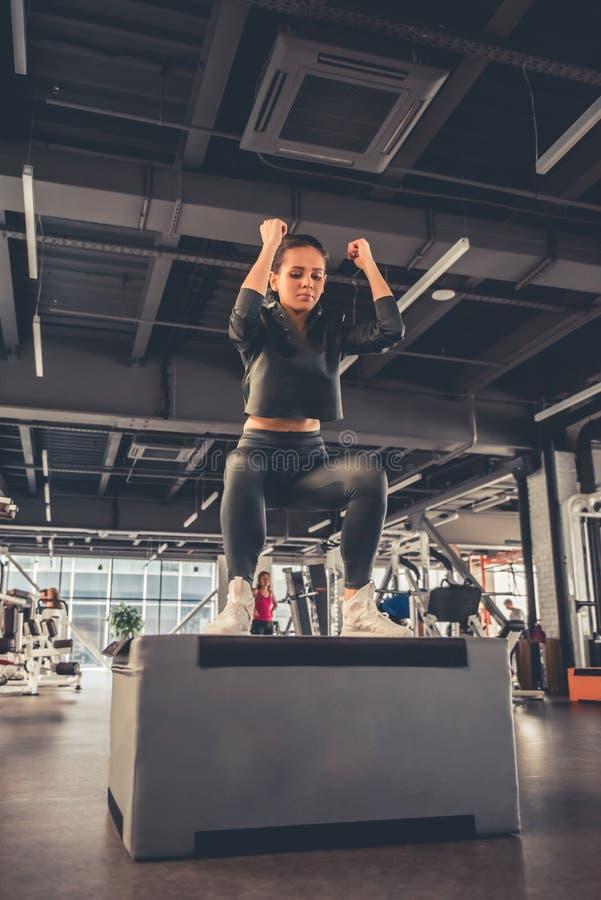 Mulher no gym imagens de stock