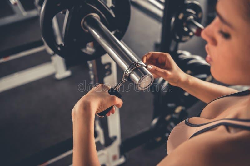 Mulher no gym fotos de stock royalty free