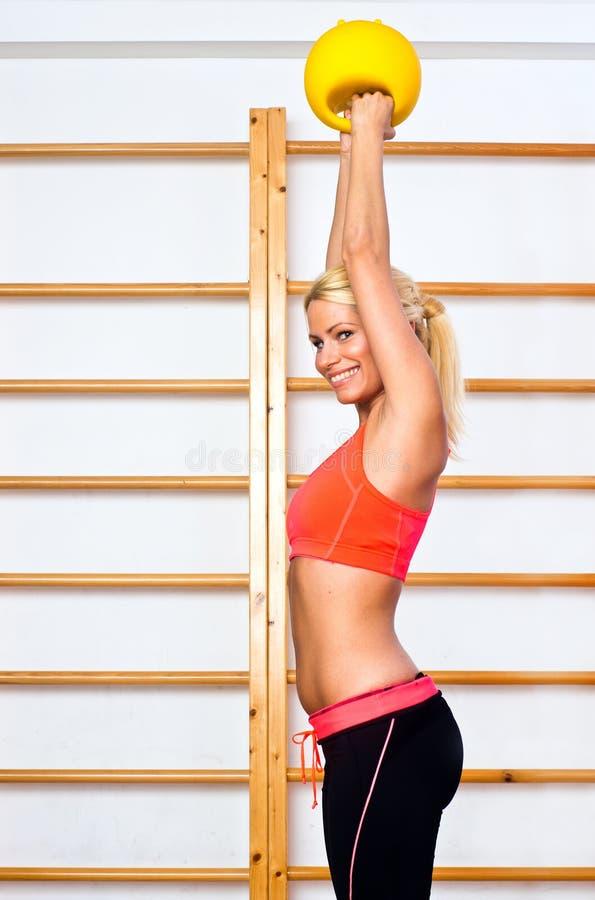 Mulher no gym com pesos imagens de stock