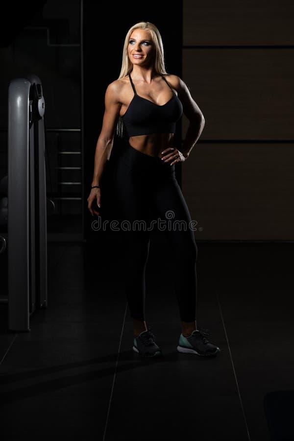 Mulher no Gym que mostra seu corpo bem treinado fotos de stock