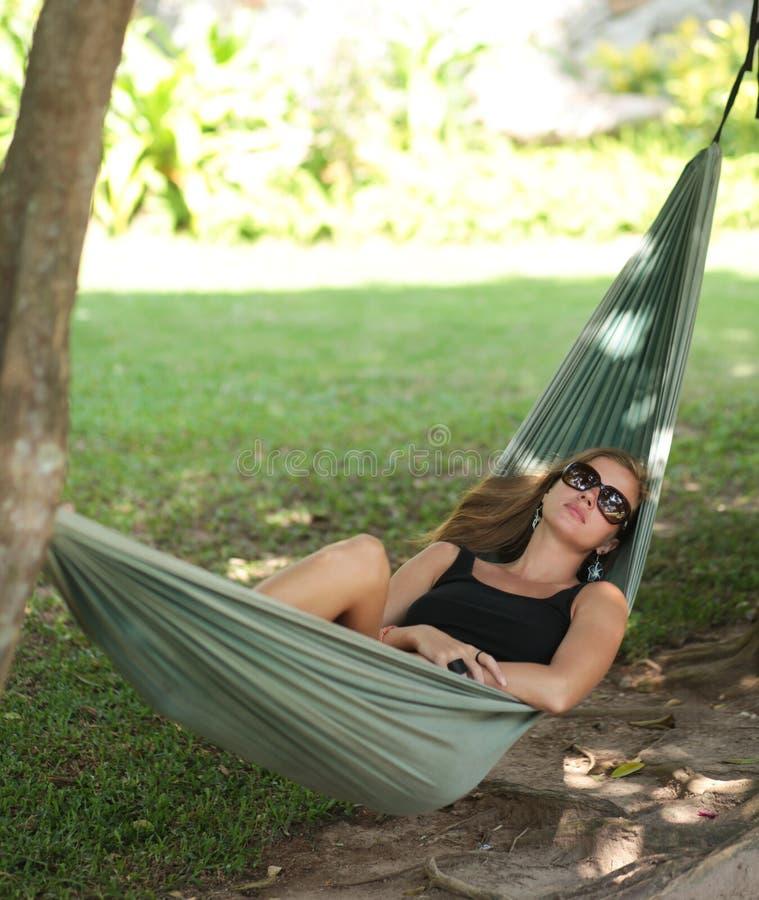 Mulher no hammock foto de stock royalty free