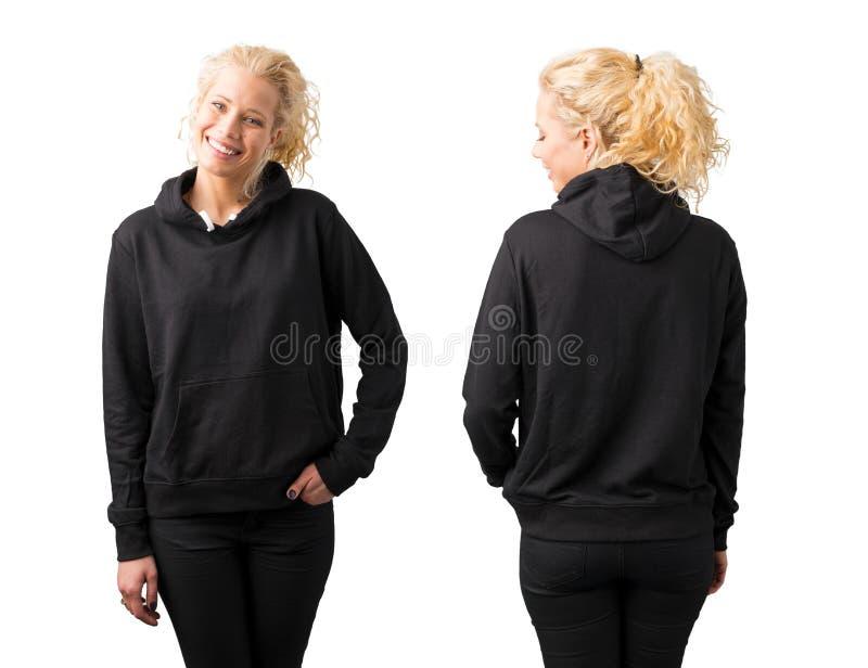 Mulher no hoodie vazio preto no fundo branco foto de stock royalty free