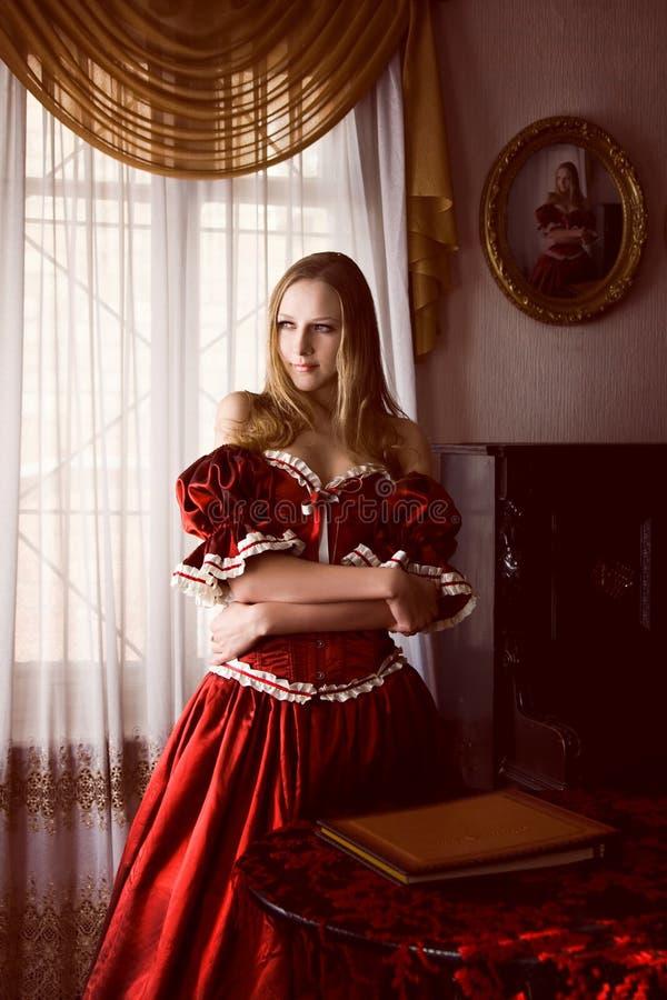 Mulher no interior velho imagens de stock royalty free