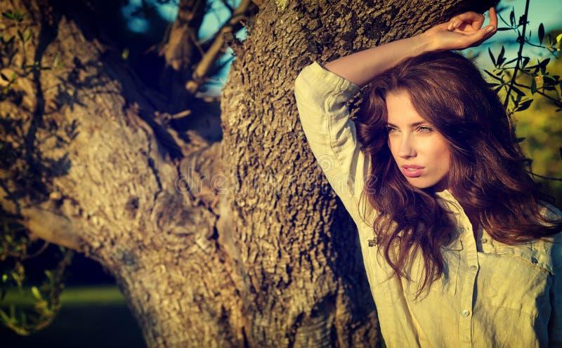 Mulher no jardim de Toscânia imagens de stock