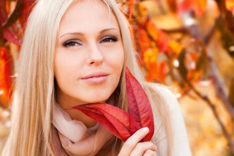 Mulher no jardim do pêssego fotografia de stock royalty free