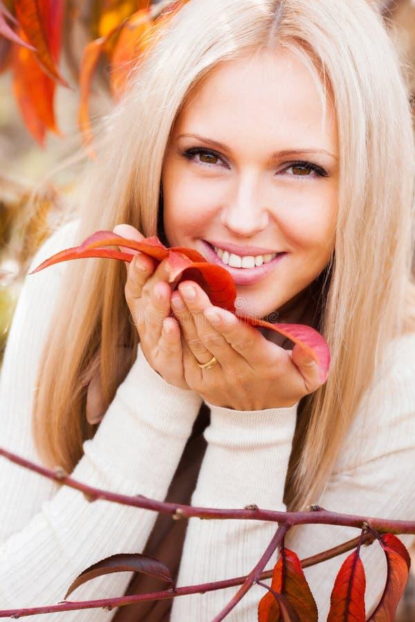 Mulher no jardim do pêssego fotografia de stock